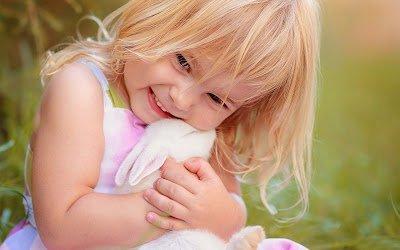 sevimli kız oynama-ile-tavşan